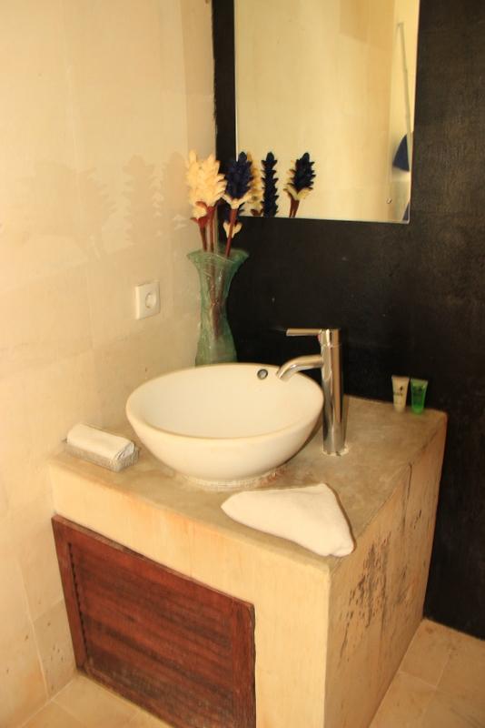 Hostel Bali: Kuta Island Hotel Zimmer Bad