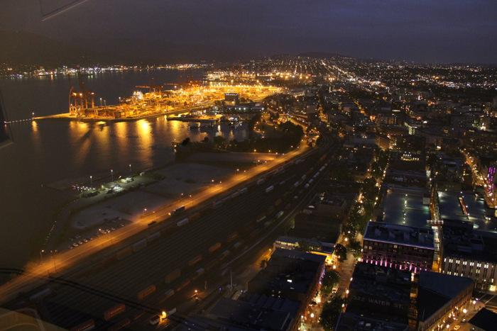 Als Frau alleine reisen - Stadt bei Nacht