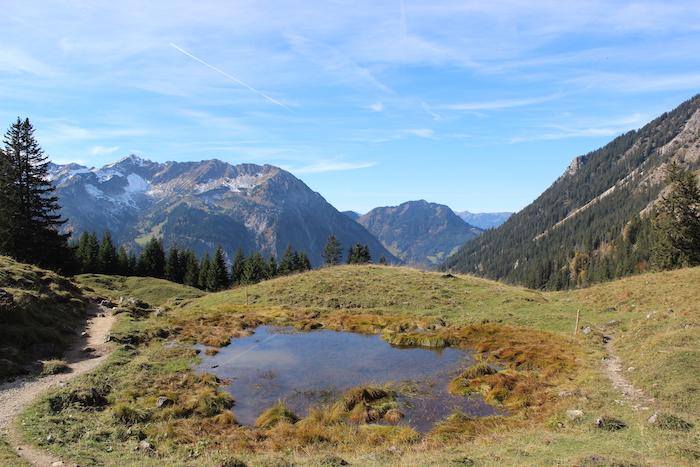 Alleine Wandern - Bergsee mit Alpen im Hintergrund