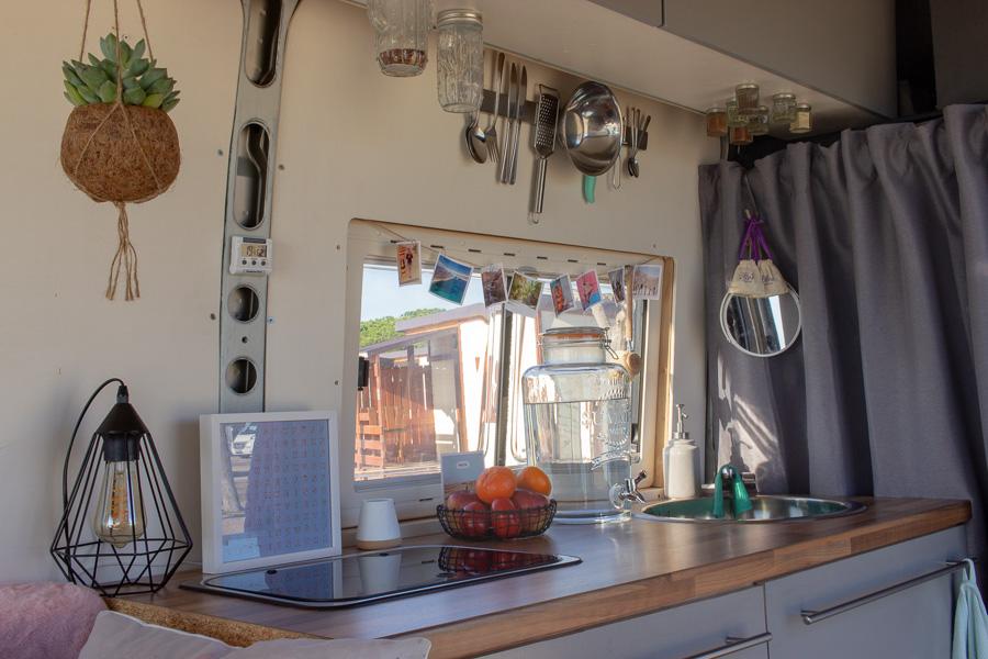 Vanlife-Camping-Roadtrip-Lola-Kuechenzeile